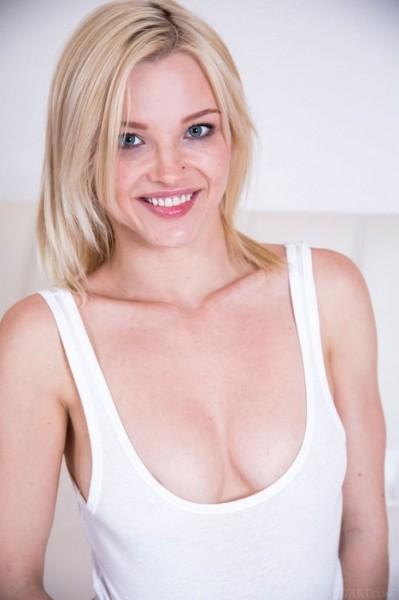 Блондинка Зази на белом диване